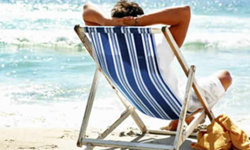 Expertos recominedan dejar un periódo completo de inactivdad laboral durante las vacaciones. (Foto: Archivo)