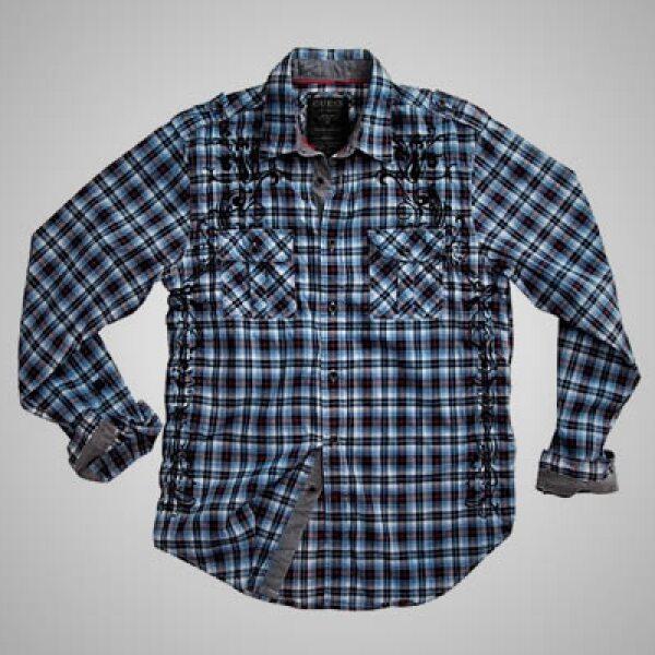 La colección de hombre tiene camisas escocesas con botones en el cuello y playeras con gráficos deslavados, disponibles en una variedad de colores.