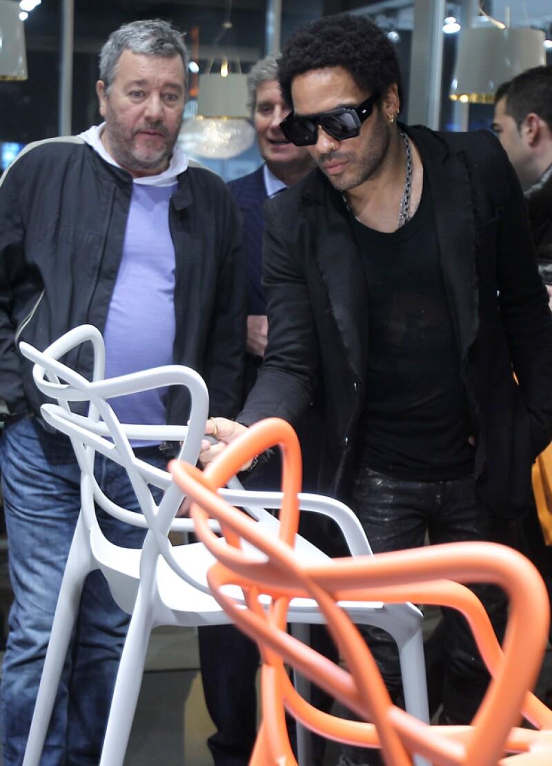 El cantante decidió presentar su colección de sillas durante la Feria del Mueble de Milán, Italia.