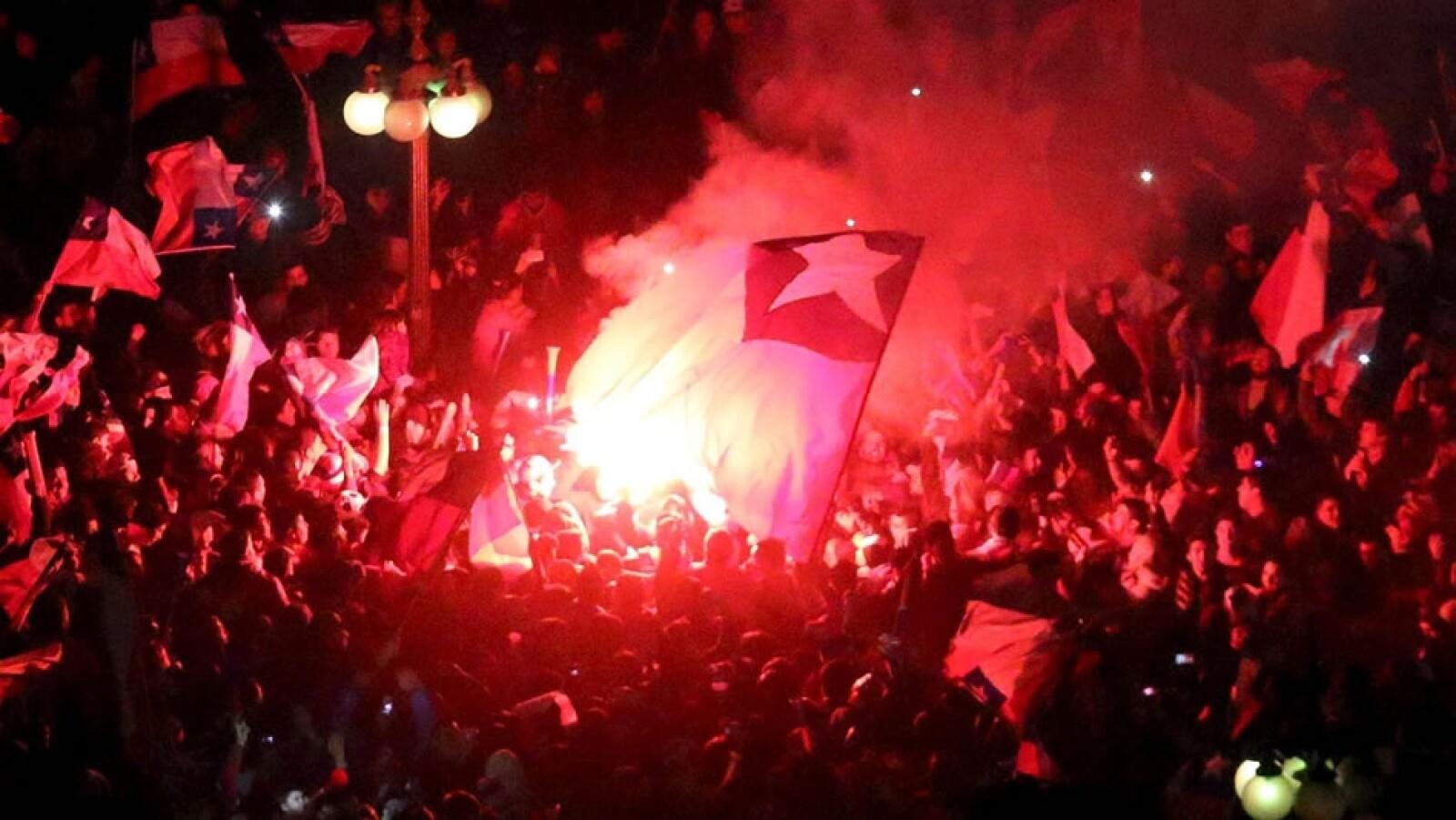 La euforia por el pase a la final de la Copa América por primera vez desde hace 28 años provocó que los fanáticos chilenos salieran a las calles de Santiago