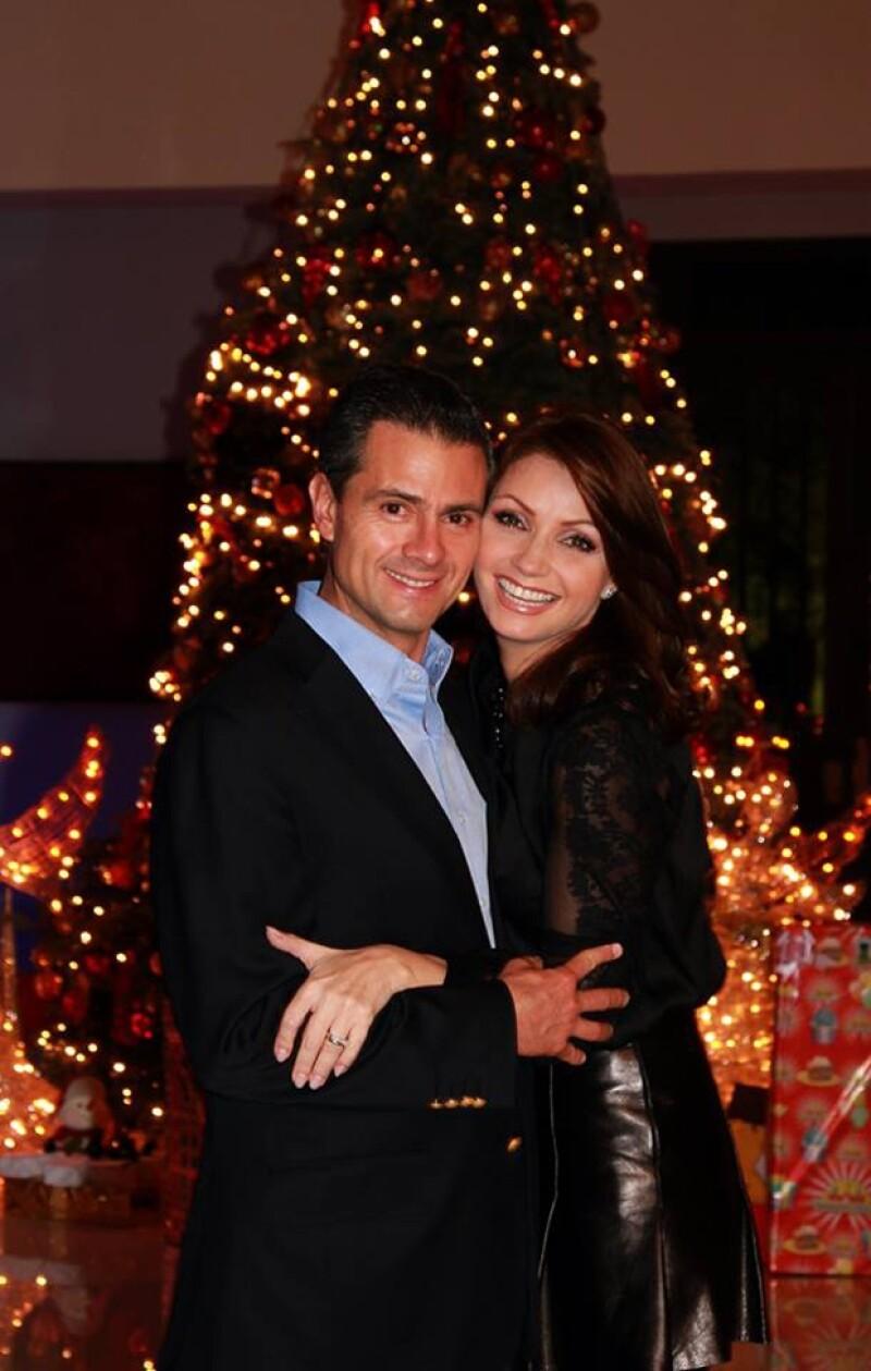 Enrique Peña Nieto y Angélica Rivera comparten un momento navideño.