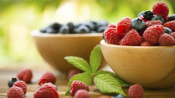 Sustituir alimentos azucarados por frutas rojas te ayudará a evitar enfermedades y mejorará tu digestión en la oficina. (Foto: Getty Images)