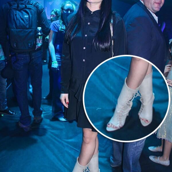 Victoria Alexander con unos botines peep toe en tono claro y con agujetas.