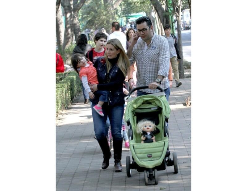 Maggie y Juan pasean en el parque con su hija Bárbara.