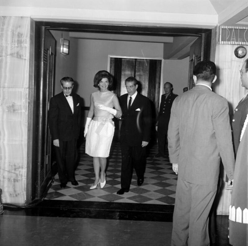 Jacky Kennedy del brazo de Adolfo López Mateos en 1962 durante su visita con John F. Kennedy.