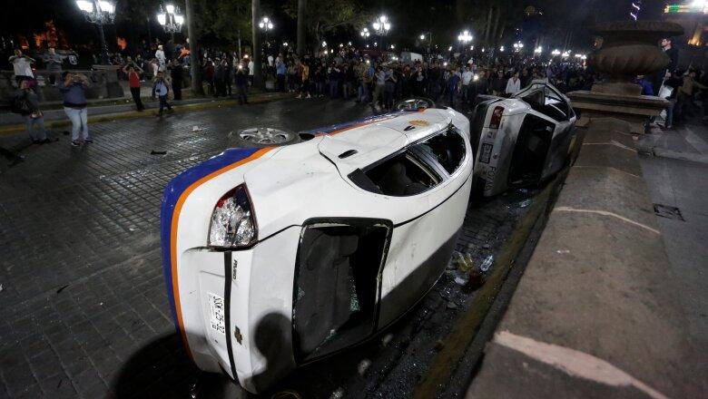 Los manifestantes volcaron los vehículos de las televisoras Azteca y Televisa.