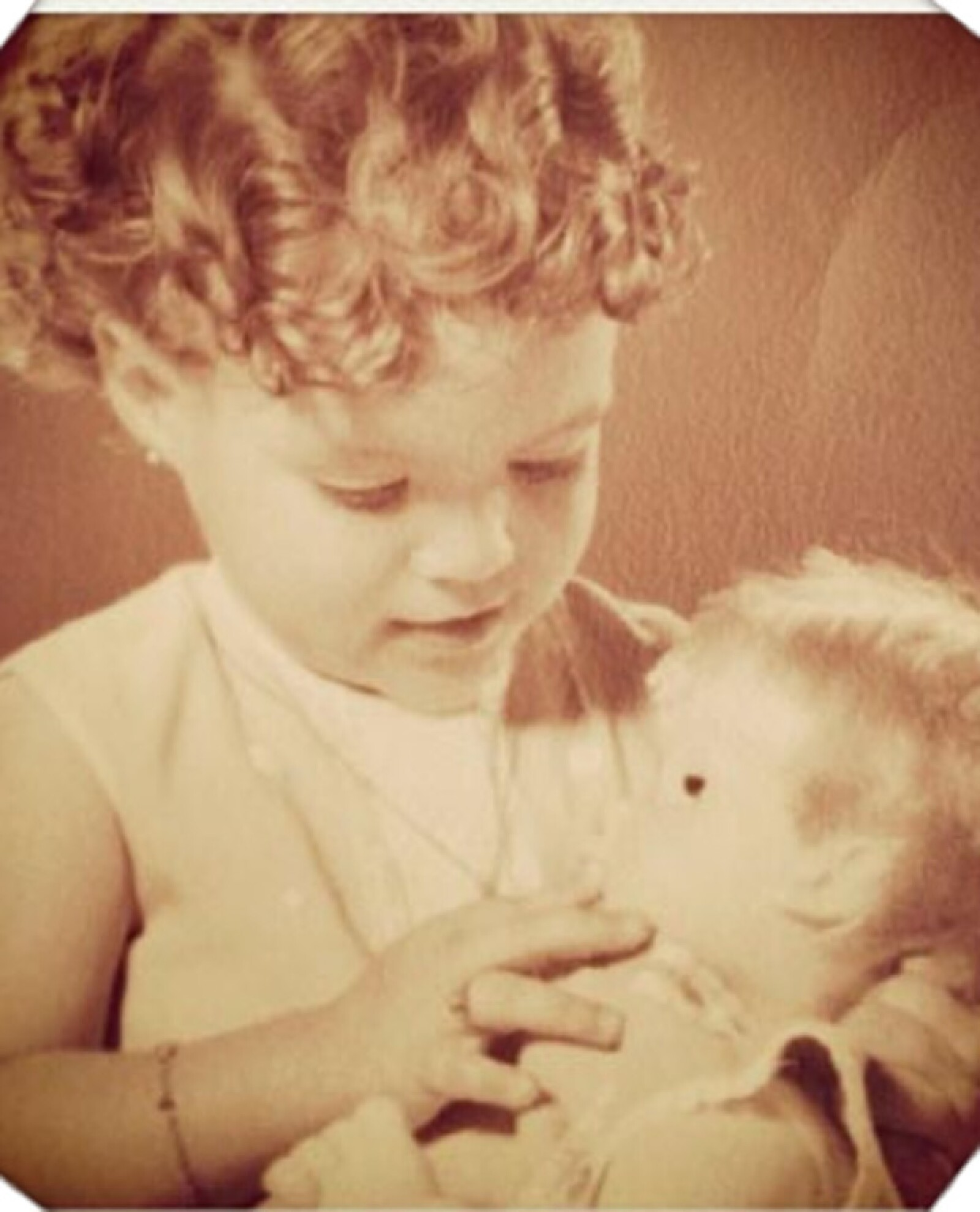 Montserrat Oliver a los dos años de edad.