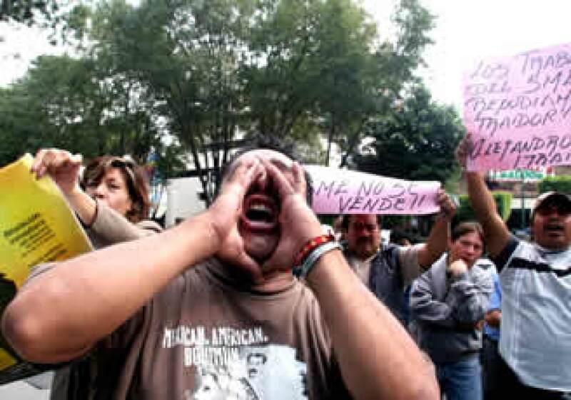 Seguidores de Martín Esparza lanzaron consignas a Alejandro Muñoz por pedir la reapertura del dialogo con Gobernación. (Foto: Notimex)