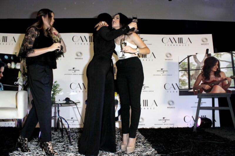 Camila fue felicitada por su mamá y su hermana gemela.