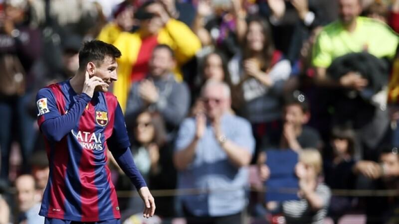 Messi celebra el tercer gol que le anotó este domingo a Rayo Vallecano, con lo que logró romper dos récords en la Liga de España