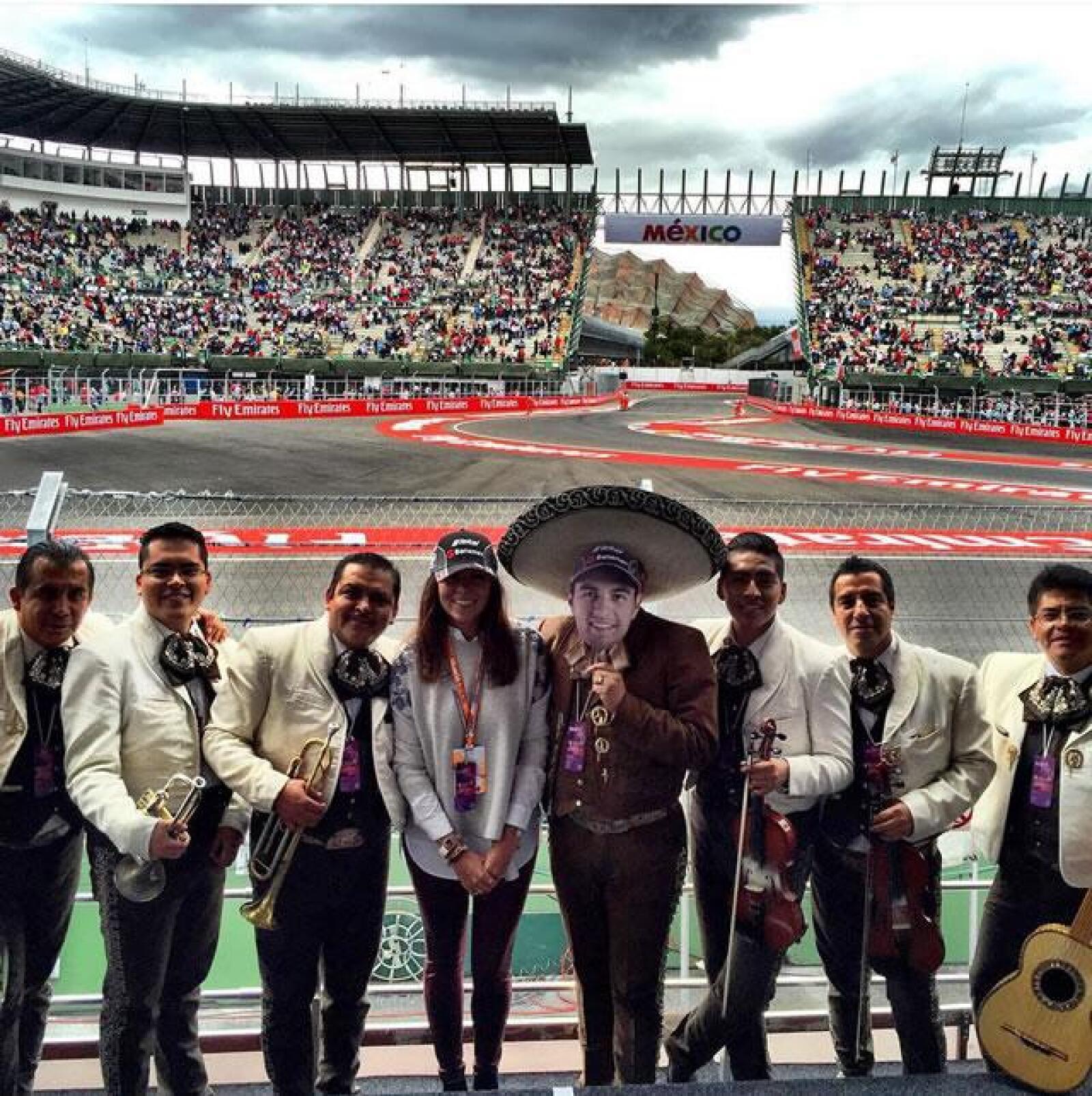 Paola Pe?rez junto con el mariachi en la celebración