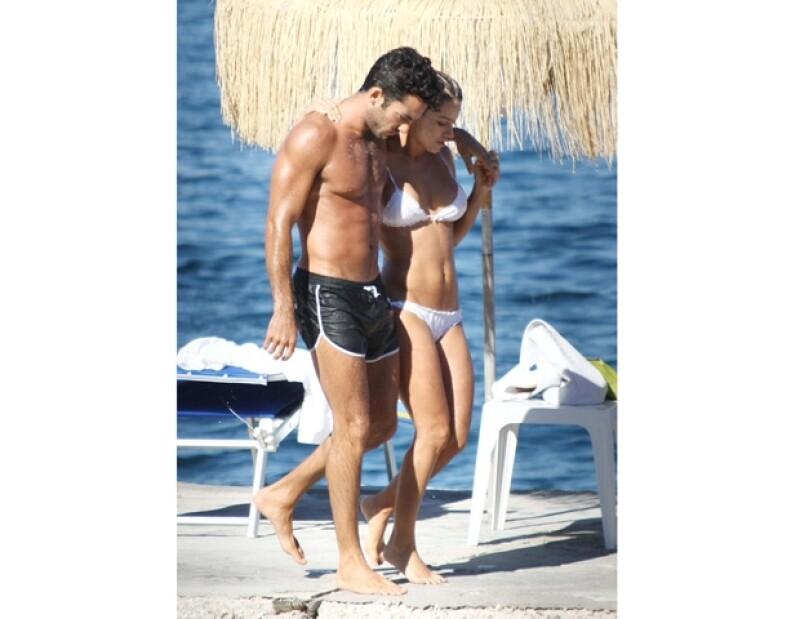 La pareja continúa disfrutando de diversos festivales, mientras aprovechan para tomar el sol y demostrarse su amor.