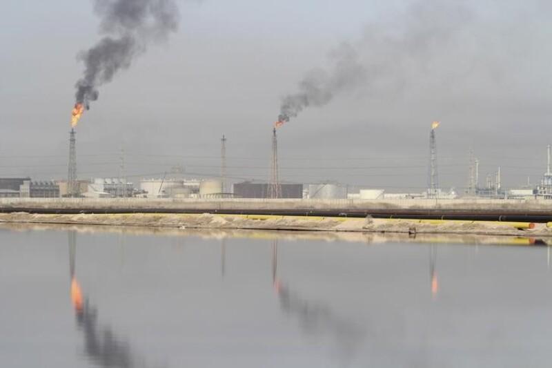 Actualmente 90% de todos los ingresos federales iraquíes provienen del petróleo.