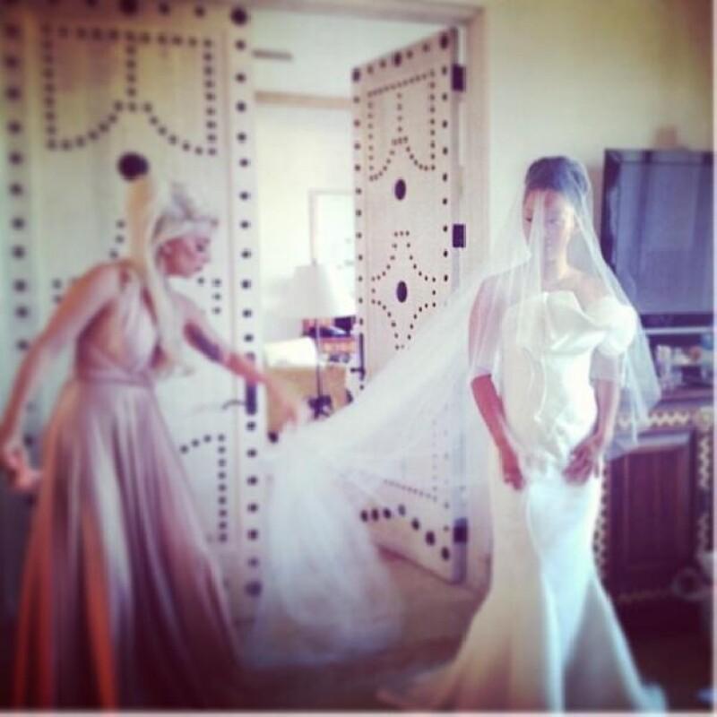 Gaga ayudó a acomodar el velo de su amiga Bo.