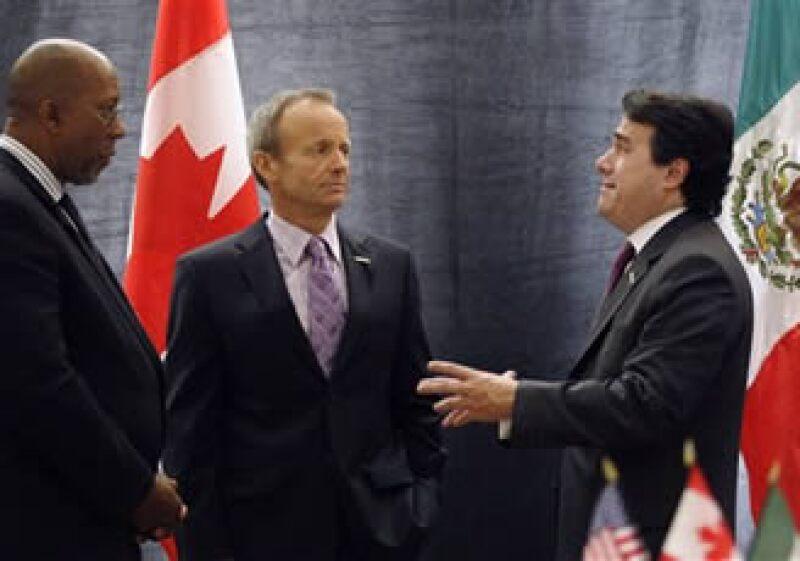 El representante de EU, Ron Kirk, el ministro canadiense, Stockwell Day, y el titular de Economía, Gerardo Ruiz Mateos. (Foto: AP)