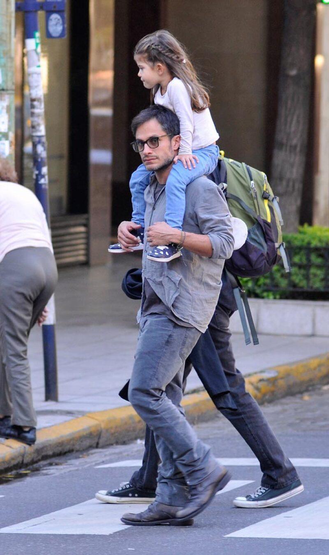¡Qué tiernos! El actor fue captado jugando con su hija menor, después de recogerla en la escuela en Buenos Aires.