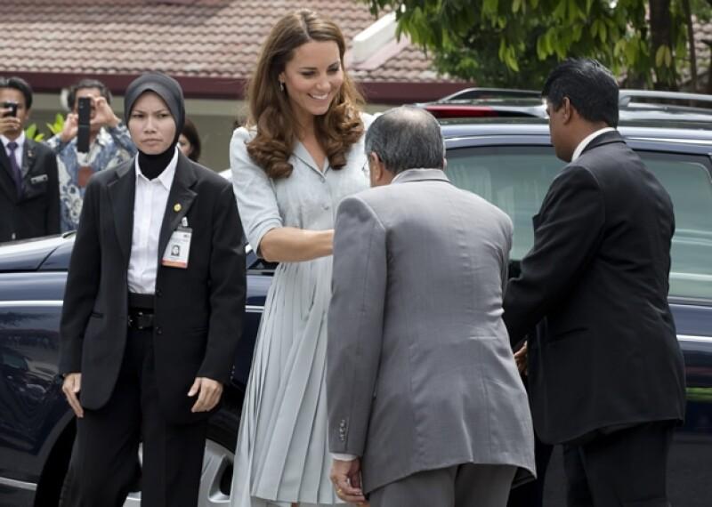 Aunque no es la primera vez que la Duquesa de Cambridge toma el micrófono, sí es la primera que lo hace fuera de Gran Bretaña y lo hizo durante su visita a un hospicio en Malasia.