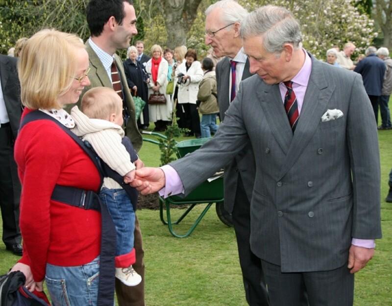 El príncipe Carlos confesó sentirse muy emocionado por ser abuelo por primera vez.