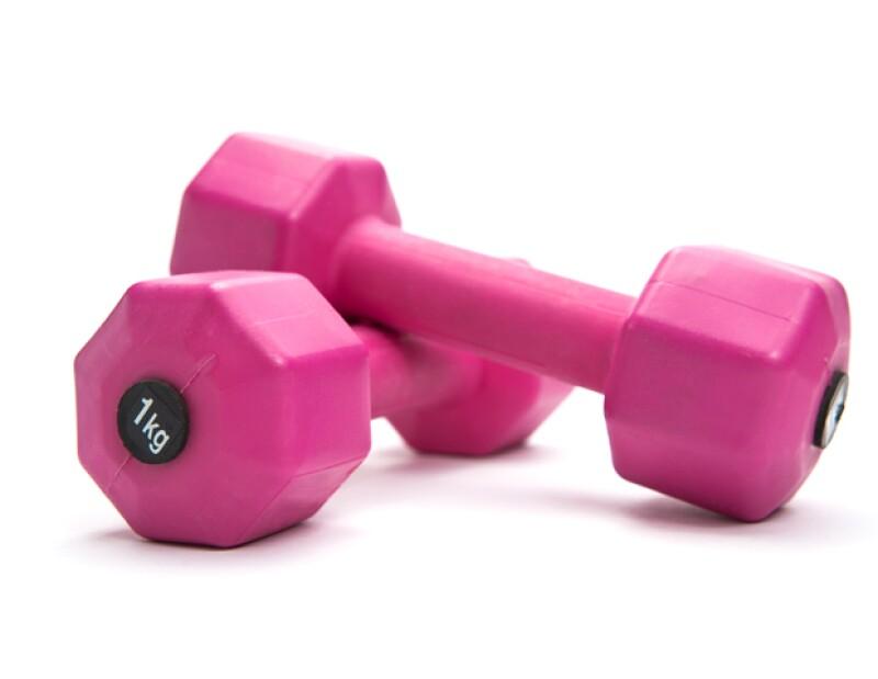 Comienza poco a poco el uso de pesas y también busca ayuda profesional para crear la rutina ideal para ti.