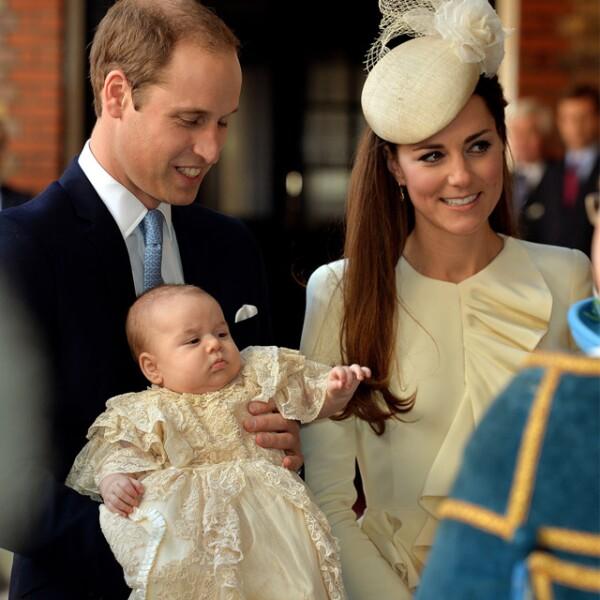 La Duquesa combinó un discreto tocado del mismo tono colocado en el lado derecho de la cabeza de la firma Jane Taylor.