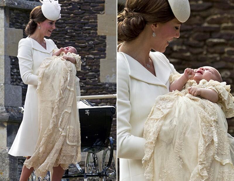 Este vestido hecho por Angela Kelly, es una réplica exacta del conjunto que han usado todos los royal babies.