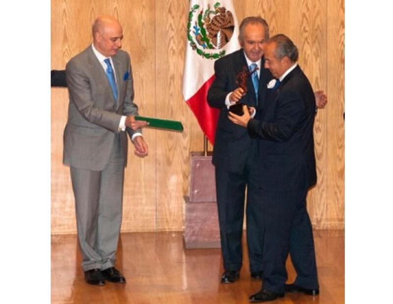 Alberto Baillères destacó que Calderón es el primer egresado de esa escuela en ocupar la Presidencia de la República.
