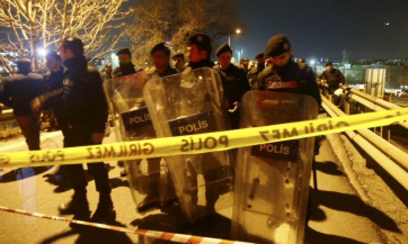 Policías rodean la zona de la explosión en Estambul. (Foto: Reuters)