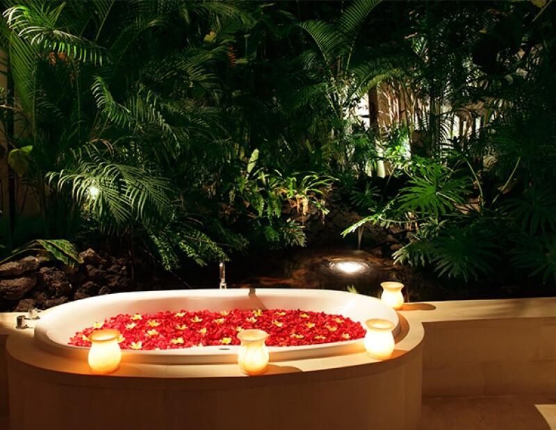 ¿Buscar relajarte o algo más romántico? Te tenemos los tips y productos más exquisitos para vivir toda una experiencia sensorial sin salir de tu baño y habitación.