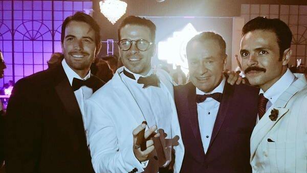 El festejado José Alberto Castro junto a los actores José María Torre y Alejandro Nones.