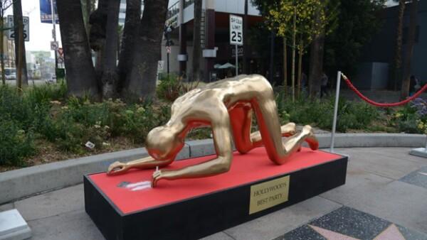 El día de ayer en Hollywood Boulevard apareció una escultura inspirada en una estatuilla de los Premios de la Academia en una pose comprometedora.