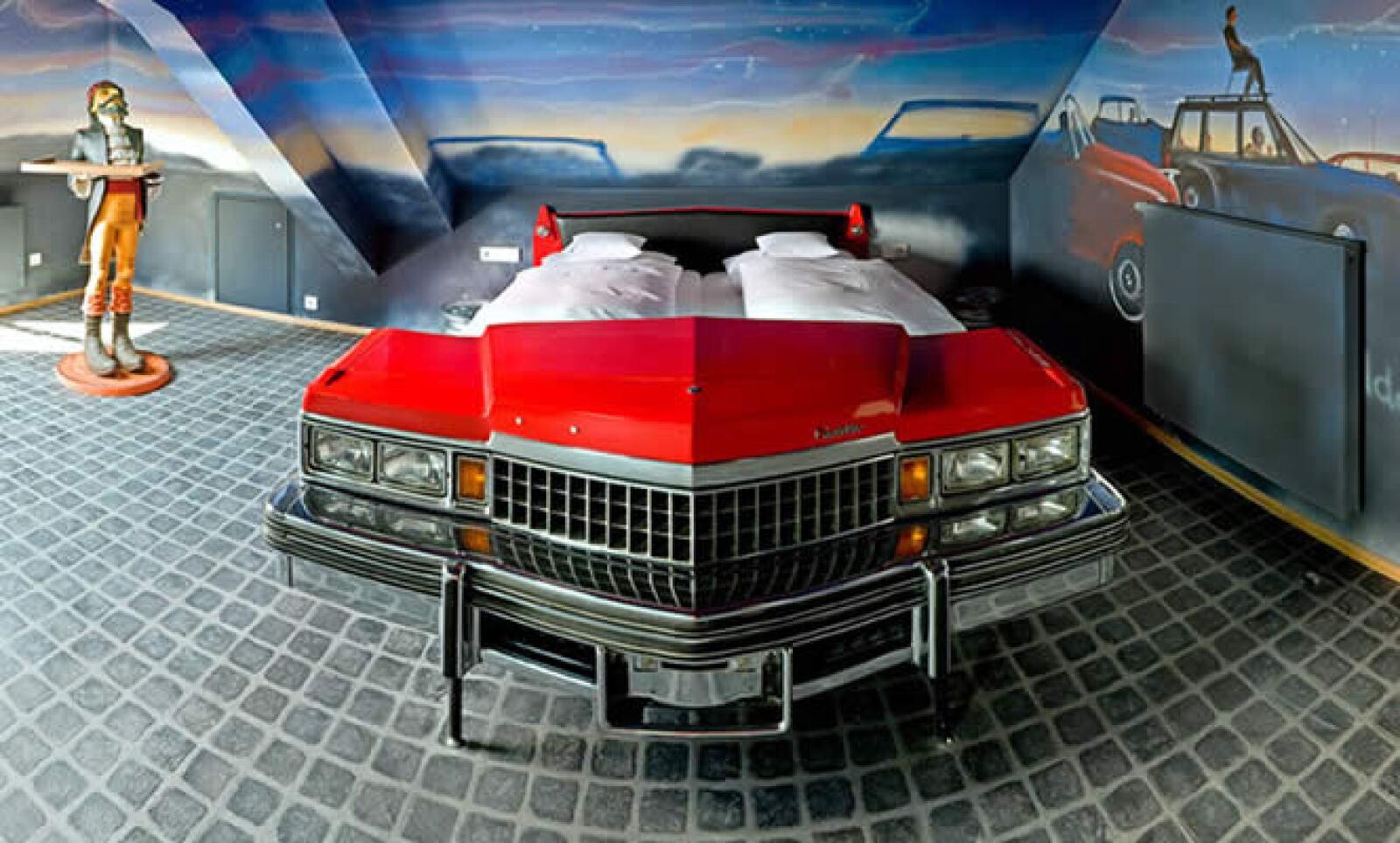 Un hotel para los amantes de los autos, diseñado para pasar una estancia rodeado de vehículos.