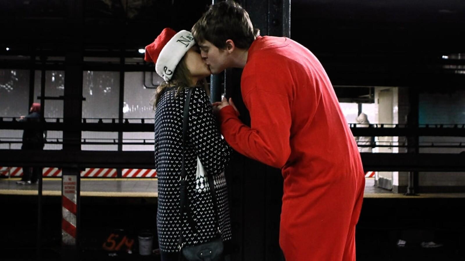 pareja de santas besándose en Nueva York