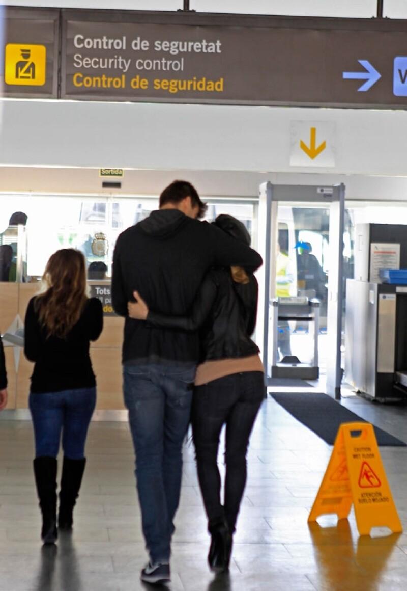 Debido a que Shakira está trabajando en Los Ángeles ha estado alejada de Gerard, quien vive en España, ahora fueron captados despidiéndose en el aeropuerto.