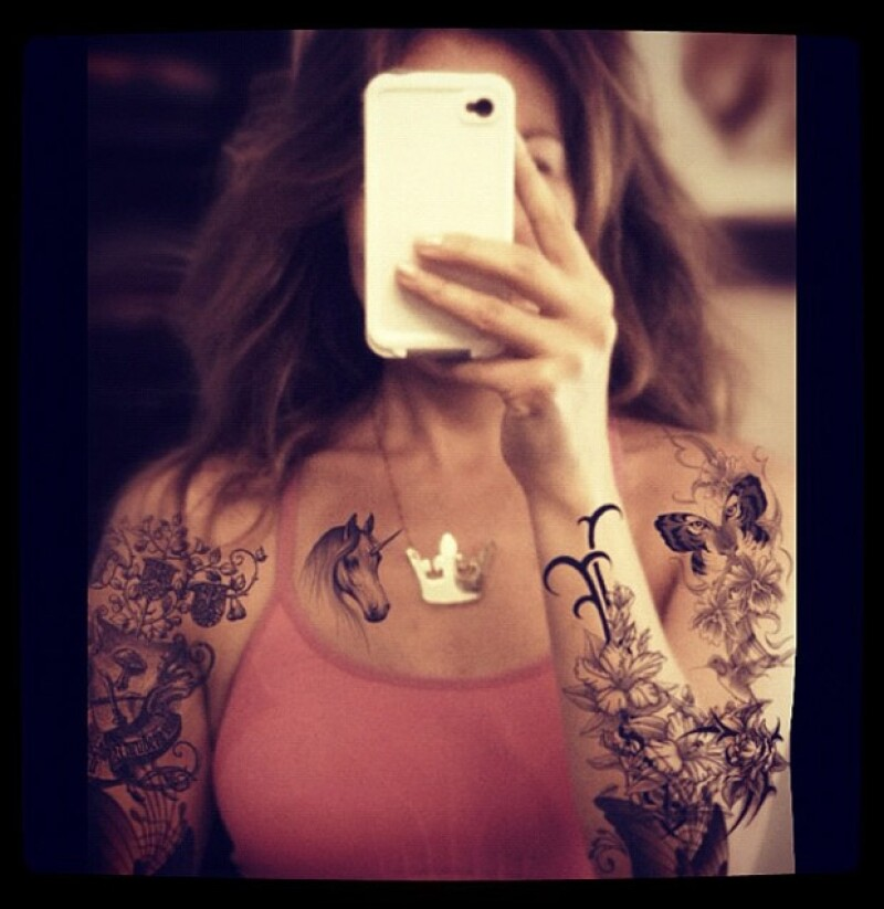 Thalía se hizo dibujos en su cuerpo mediante una aplicación de su celular.