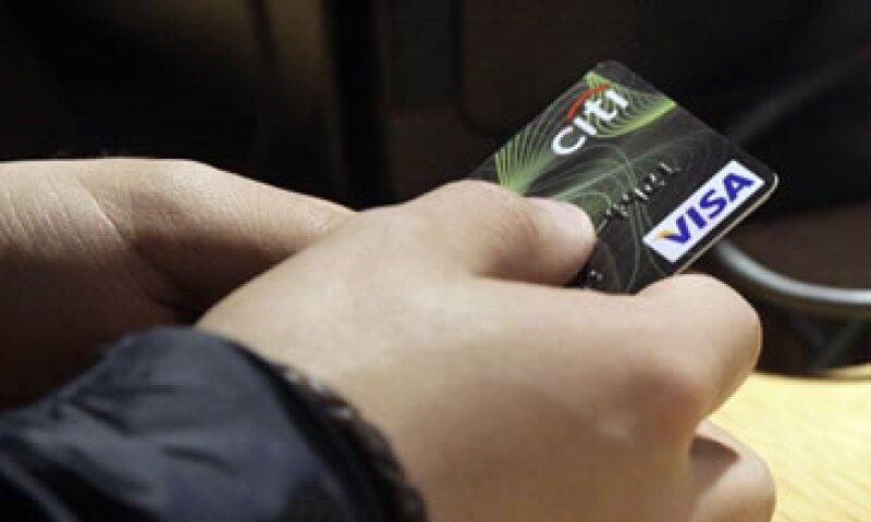 Los ingresos operativos netos de Visa crecieron un 15% a 2,700 millones de dólares. (Foto: AP)