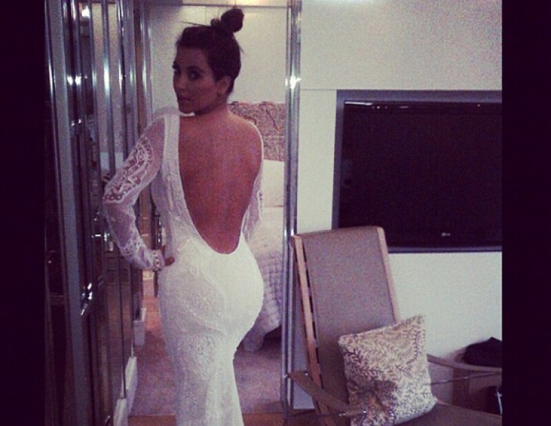 Kim se probó un vestido de novia y presumió su cuerpo en el 2012.