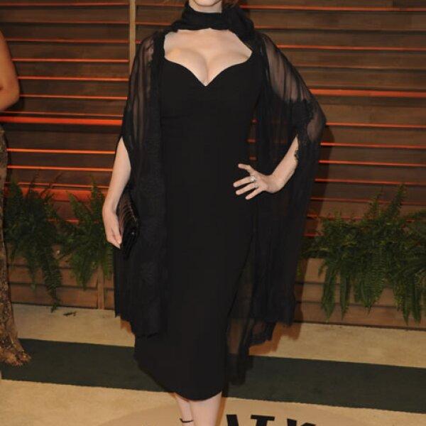Christina Hendricks llegó presumiendo sus curvas tan populares entre el público masculino.