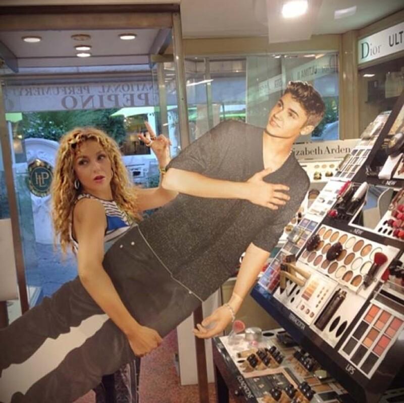 La cantante dejó salir su lado bromista durante sus vacaciones por Europa. Ahora está en Italia y en una farmacia no perdió la oportunidad de mostrar lo fan que es del canadiense.