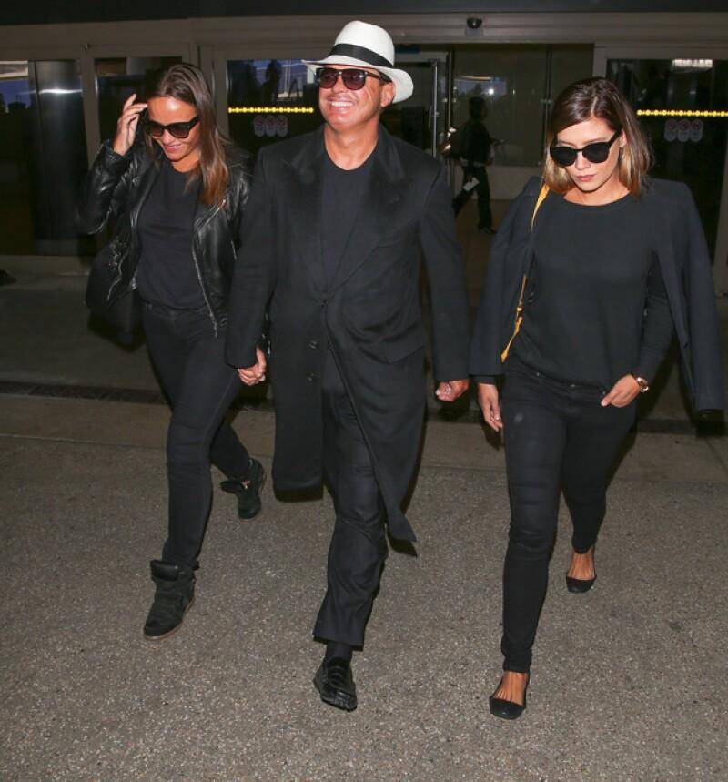 El cantante y sus acompañantes fueron fotografiados sonrientes y con mucho estilo cuando abandonaban el aeropuerto estadounidense.
