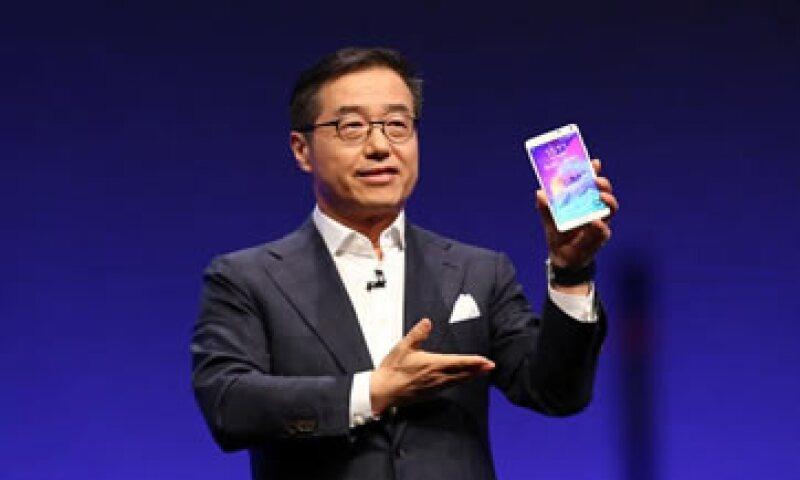 El Galaxy Note 4 tiene dos cámaras, una de 16 Megapixeles en la parte trasera y otra de 3.7 en la parte de adelante. (Foto: Reuters)