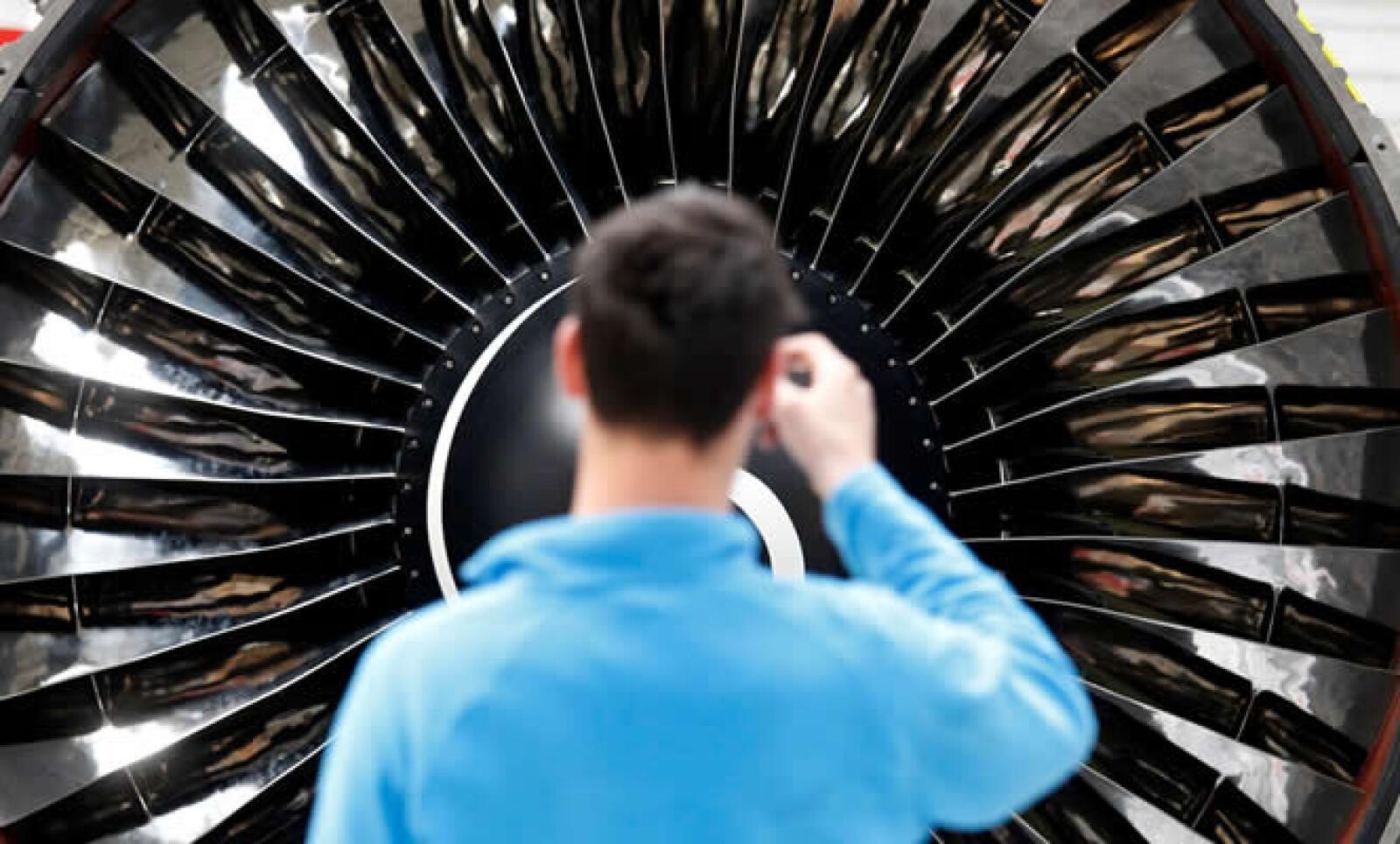 Un asistente toma fotografías a una de las múltiples instalaciones dentro de la feria.