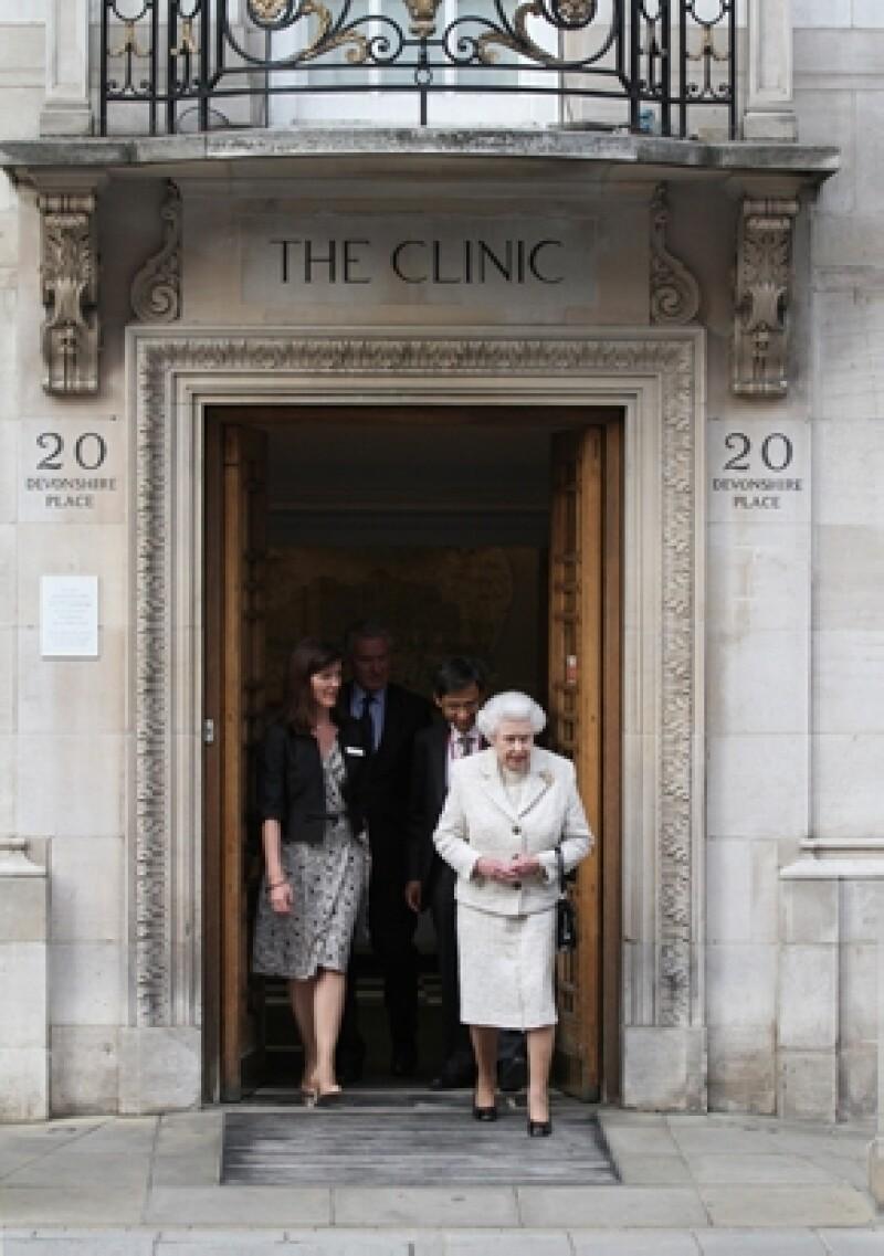 Así fue captada la reina Isabel II mientras salía del hospital luego de visitar a su esposo.