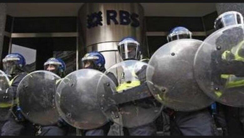 Policías y agentes especiales están resguardando los edificios de bancos y agrupaciones que pueden ser un blanco para el vandalismo.