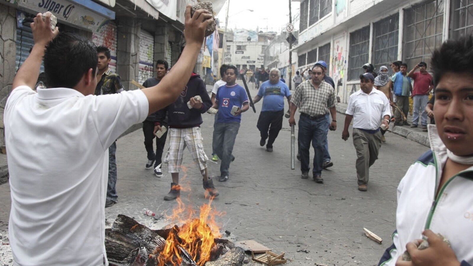 Según las autoridades, un grupo de inconformes comenzó a agredir a los policías