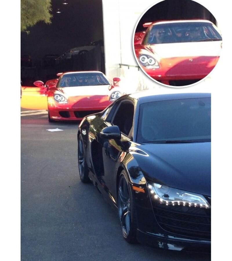 En una de las imágenes se puede observar a Paul sonriendo junto a su amigo Roger Rodas al mando del automóvil.