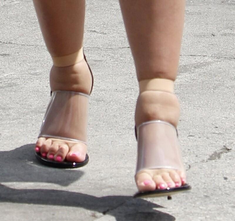 Así lucen los pies de Kim Kardashian.