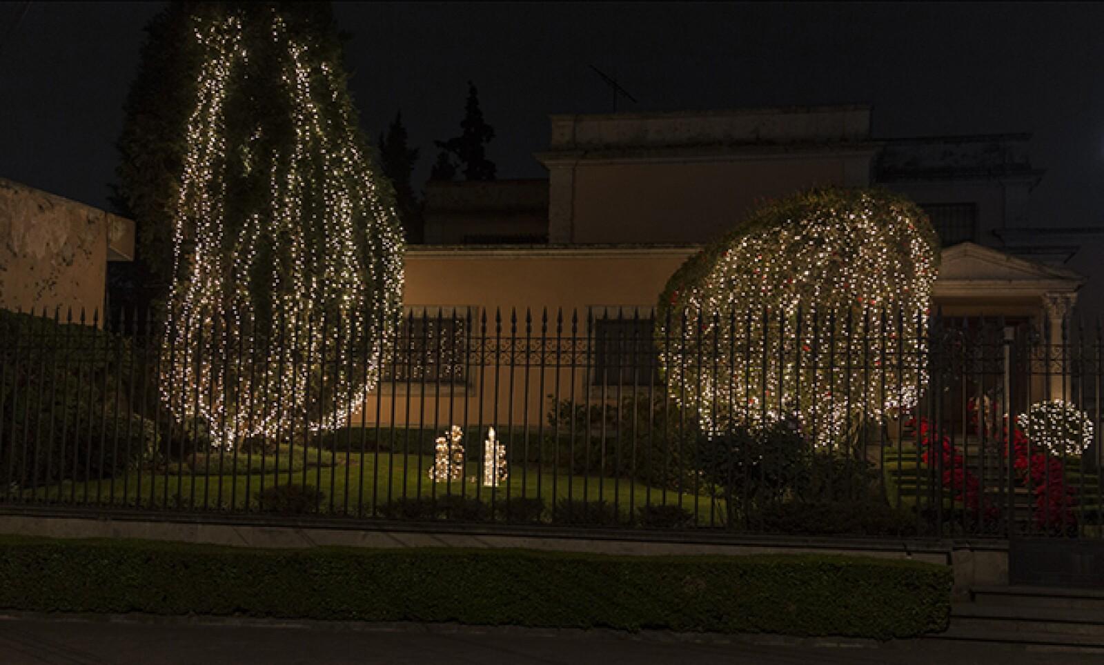Dicha zona de la ciudad, una de las más exclusivas, se caracteriza por sus estéticos adornos navideños.