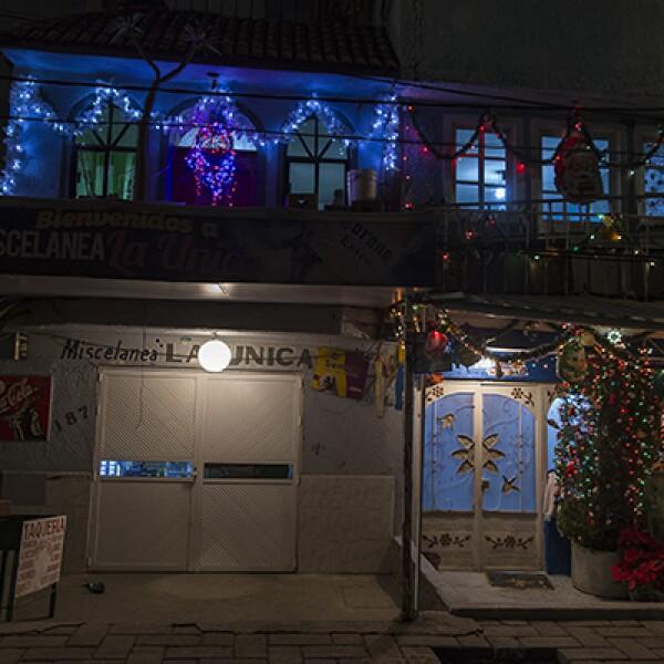 Las imágenes religiosas se unen a la celebración navideña en algunos hogares, como éste, en Xochimilco, una zona popular de la ciudad.
