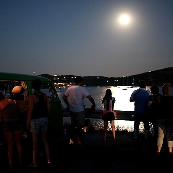 Gente observa super luna Sounio Grecia