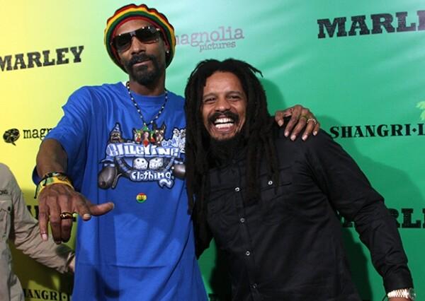 Snoop Dogg en la presentación del documental de la vida del cantante, a lado de uno de sus hijos.